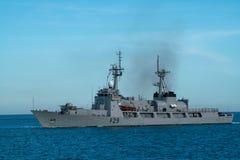 La marina de guerra de BNS Somudra Avijan F29 Bangladesh navega en la bahía de Padang foto de archivo