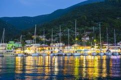 La marina en ville de Sami sur l'île de Kefalonia le soir photo stock