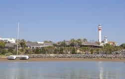 La marina et la ville d'EL Rompido vues de la rivière Piedras arrosent, Huelva Image stock