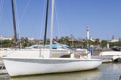 La marina et la ville d'EL Rompido vues de la rivière Piedras arrosent, Huelva Photos libres de droits