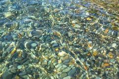 La marine de l'eau de pierres en clair Photo libre de droits