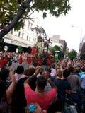 La marioneta de la niña y las muchedumbres gigantes de gente Foto de archivo