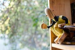 La marioneta que mira el mundo fotos de archivo
