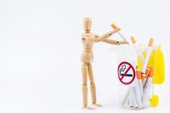La marionnette en bois prennent les cigarettes aux décharges Backgr non-fumeurs de jour Photo libre de droits