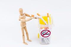 La marionnette en bois prennent les cigarettes aux décharges Backgr non-fumeurs de jour Image libre de droits