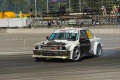 La marque BMW de voiture de dérive sans capot surmonte la voie Photos stock