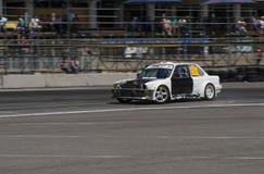 La marque BMW de voiture de dérive sans capot surmonte la voie Photo stock