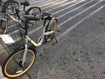 la marque de ` d'obike de ` va à vélo le stationnement dans le parking sur la rue de parc public Photo stock