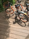 la marque de ` de mobike de ` va à vélo le stationnement sur le chemin en bois de promenade au sentosa, Singapour Photos libres de droits