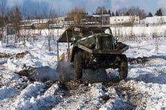 La marque tous terrains GAZ -69 de véhicule surmonte la voie Image stock