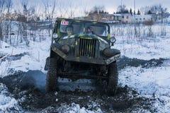 La marque tous terrains GAZ -69 de véhicule surmonte la voie Photo libre de droits