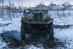 La marque tous terrains GAZ -69 de véhicule surmonte la voie Photos stock