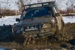 La marque tous terrains Nissan de véhicule surmonte la voie Photos libres de droits