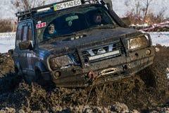 La marque tous terrains Nissan de véhicule surmonte la voie Images libres de droits
