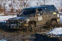 La marque tous terrains Toyota de véhicule surmonte la voie Photos stock