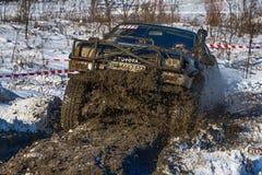 La marque tous terrains Toyota de véhicule surmonte la voie Image libre de droits