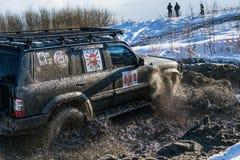 La marque tous terrains Toyota de véhicule surmonte la voie Photo libre de droits
