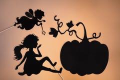 La marraine gâteau, la Cendrillon et le potiron ombragent des marionnettes images libres de droits
