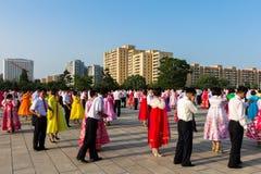 La masa baila en honor del día de la victoria, Pyongyang Corea del Norte  Imagen de archivo libre de regalías