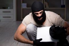 La maschera d'uso della passamontagna dello scassinatore alla scena del crimine Fotografia Stock