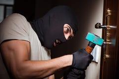 La maschera d'uso della passamontagna dello scassinatore alla scena del crimine Fotografia Stock Libera da Diritti