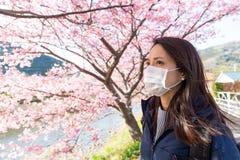 La maschera di protezione d'uso della donna protegge dall'allergia del polline Fotografia Stock