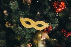 La maschera dorata di carnevale gradisce un giocattolo dell'albero di Natale Fotografie Stock Libere da Diritti