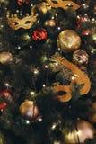 La maschera dorata di carnevale gradisce un giocattolo dell'albero di Natale Immagini Stock