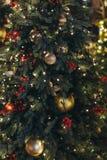 La maschera dorata di carnevale gradisce un giocattolo dell'albero di Natale Fotografia Stock Libera da Diritti