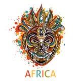 La maschera tribale africana con l'ornamento geometrico etnico e spruzza nello stile dell'acquerello Fotografie Stock Libere da Diritti