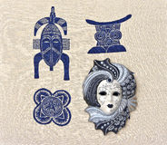 La maschera veneziana è sul tessuto con i motivi africani fotografie stock