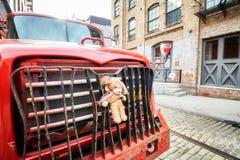 La mascota de la felpa sujetó a un tope del camión parqueado en una calle en Brooklyn Dumbo Fotografía de archivo libre de regalías