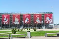 La mascotte ufficiale della coppa del Mondo 2018 della FIFA tenuta in Russia, sulle insegne nel parco olimpico Preparazioni per i Immagine Stock Libera da Diritti