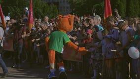 La mascotte ufficiale i secondi giochi europei 2019 accoglie favorevolmente il pubblico in BOBRUISK, BIELORUSSIA 06 03 19 stock footage