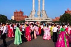 La masse danse en l'honneur du jour de victoire, Pyong Yang, Corée du Nord image libre de droits
