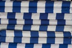 La materia textil rayó las cubiertas para los sunbeds, apiladas encima de uno a, fondo imágenes de archivo libres de regalías