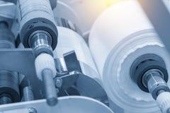 La matière première pour le sachet en plastique dans la machine photographie stock