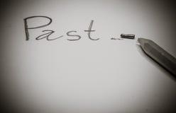 La matita con una punta rotta su carta dopo ha scritto la parola & x22; Passato & x22; fotografia stock