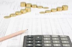 La matita di Brown ha calcolatore della sfuocatura ed offusca le monete di oro di punto Immagini Stock Libere da Diritti