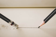 la matita disegna una linea retta sull'eliminazione della gomma di matita e della carta Immagini Stock Libere da Diritti