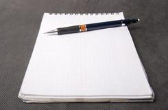 La matita meccanica che pone su un taccuino Immagine Stock