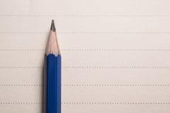la matita minima sul taccuino allinea il fondo con la vista di spcae della copia Immagine Stock