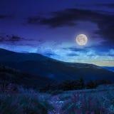 La mattina cammina in montagna alla notte Fotografie Stock