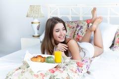 La mattina e la prima colazione della ragazza bella giovane Immagine Stock Libera da Diritti