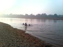 La mattina gode di in fiume Fotografia Stock