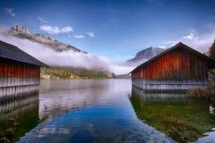 La mattina nebbiosa sul lago Altausseer vede le alpi Austria Europa Fotografia Stock