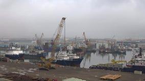 La mattina nuvolosa di gennaio nella baia Ilyich Il porto del carico di Bacu, Azerbaigian archivi video