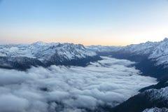 La mattina si appanna nelle alpi francesi che formano il paesaggio mistico sopra la valle Fotografia Stock