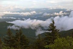 La mattina si rannuvola il parco nazionale fumoso della montagna. Immagine Stock Libera da Diritti