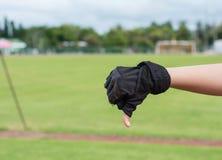 La mauvaise main avec des gants de sport pour indiquent bon Image libre de droits